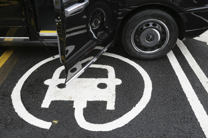 «Traverser Paris en silencieuse et saine voiture électrique purifiera l'air, mais cela ne supprimera pas une autre pollution, le terrifiant risque de l'atome des trois centrales proches de la capitale» (Voiture électrique en charge à Londres, le 18 octobre).
