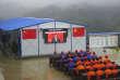 Des ouvriers suivent le discours de Xi Jinping au congrès du Parti communiste, dans le comté de Congjiang, le 18 octobre.