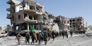 Des membres des Forces démocratiques syriennes (FDS) et des Unités de protection du peuple (YPG) dans les ruines de Rakka, mardi 17 octobre.