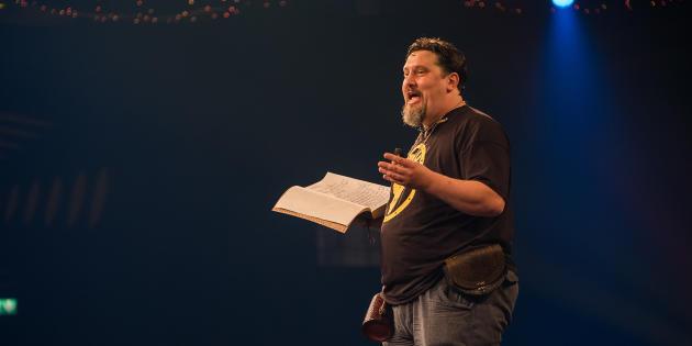 L'exubérant Mark Ogilvie, «design director» sur« Runescape», et principal animateur du Runefest.