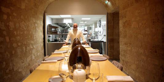 Philippe Etchebest, dans les cuisines de son restaurant bordelais, Le Quatrième Mur.