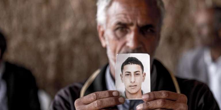 Magtouf Hattay montre la photo de son fils de 21 ans, Ahmed, mort lors de la collision, àOum Choucha (Tunisie) le 16 octobre.