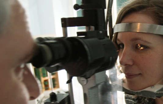 Un examen de la vue chez un ophtalmologue à Paris, en 2008.