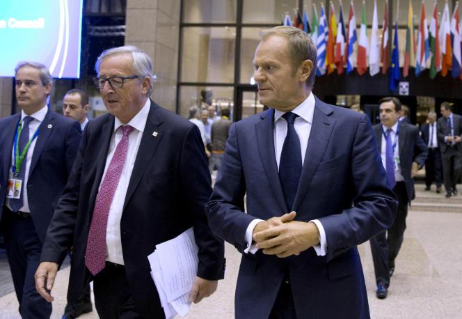 Le président du Conseil européen, Donald Tusk, à droite, et celui de la Commission Jean-Claude Juncker, à gauche, lors du sommet de l'UE à Bruxelles, jeudi 19 octobre.