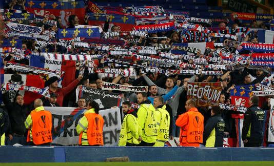 Des supporteurs lyonnais lors du match face à Everton.