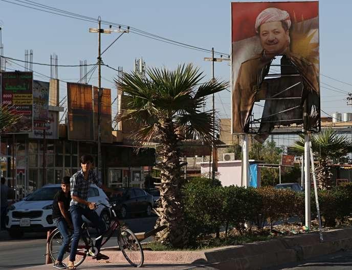 Un portrait en partie brûlé de Massoud Barzani, président du Kurdistan irakien, dans une rue de Kirkouk, le 19 octobre.