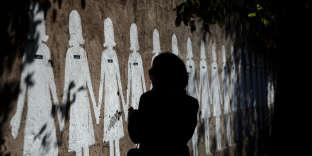 Sur ce mur, cent sept silhouettes peintes de femmes ayant été tuées par des hommes en Italie, en 2002.