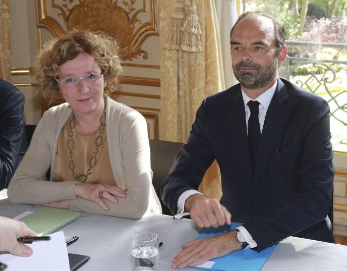 Le premier ministre Edouard Philippe et la ministre du travail Muriel Pénicaud ont décidé la baisse des contrats aidés pour 2018.