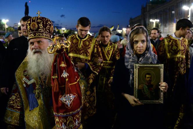 La députée Natalia Poklonskaïa (à droite), lors d'une procession religieuse à la mémoire du tsar Nicolas II à Ekaterinbourg, en juillet.