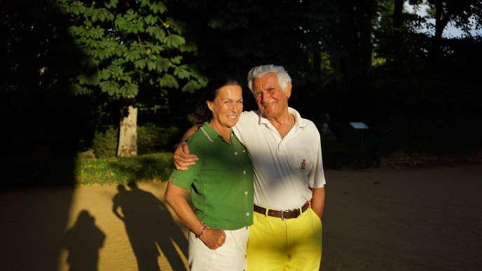 Capucine (à gauche), 62 ans, est mariée depuis dix ans à Patrick Sermadiras de Pouzols de Lile, 71 ans. Ils sont propriétaires des jardins d'Eyrignac.