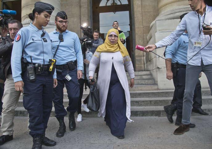 Zoulikha Aziri, mère des frères Merah, à sa sortie du palais de justice de Paris le 18 octobre.