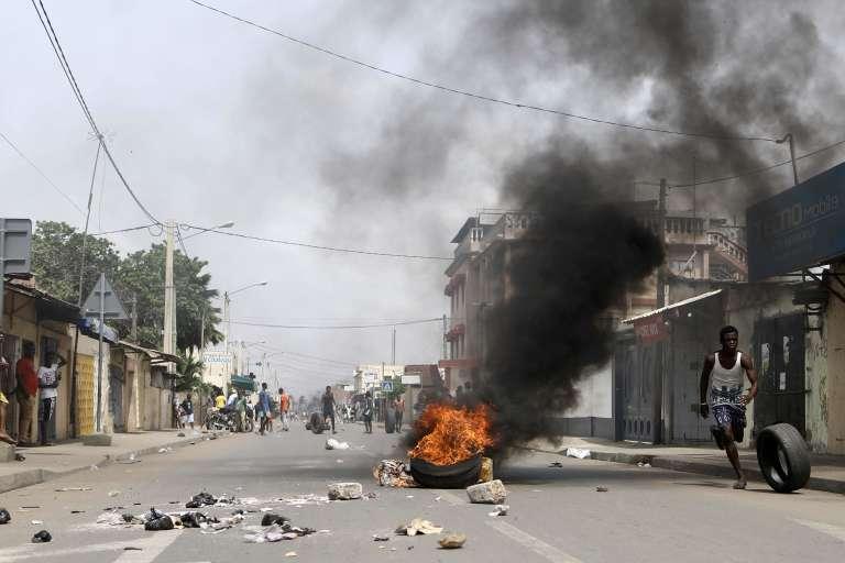 Manifestants dans les rues de Lomé, le 18 octobre.