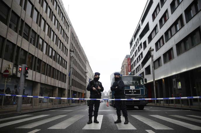 Près de la station de métro Maelbeek de Bruxelles, le lendemain des attentats du 22 mars 2016.