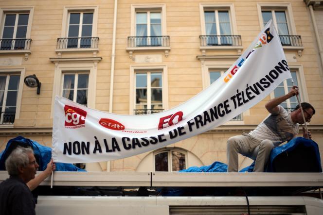 Des employés de France Televisions, Radio France et France Media World manifestent contre les restrictions budgétaires, le 17 octobre devant l'Assemblée nationale.