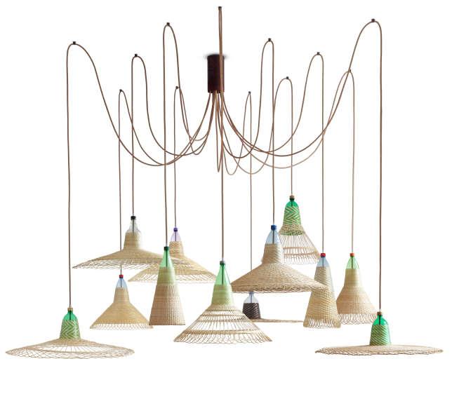Les lampes du designer espagnol Alvaro Catalan de Ocon, faites de bouteilles en plastique et de fibres naturelles (2012).
