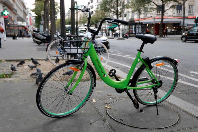 Un vélo Gobee sur un trottoir à Paris, le 9 octobre 2017.