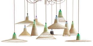 Suspensions en bouteilles plastiques tressées de raphia («Pet Lamp», 2011) par le designer espagnol Alvaro Catalan de Ocon.