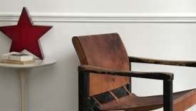 Fauteuil moderniste, cuir et bois, des années 1940, proposé sur le site Nomibis.