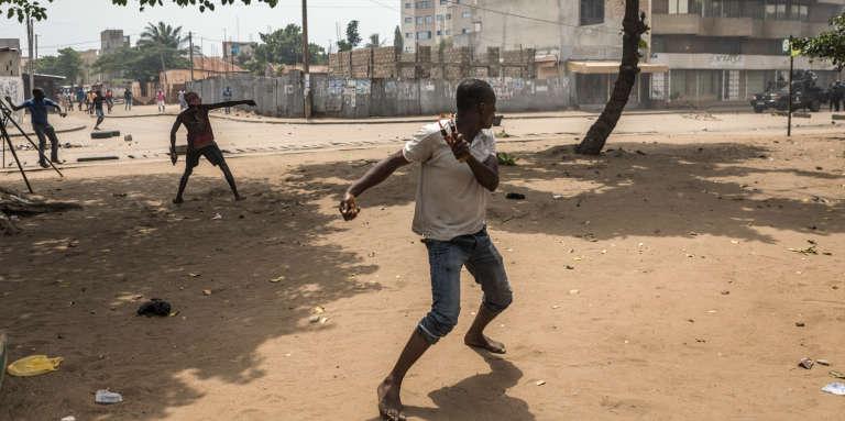 Des opposants lancent des pierres sur les forces de l'ordre à Lomé, au Togo, le 18octobre 2017.