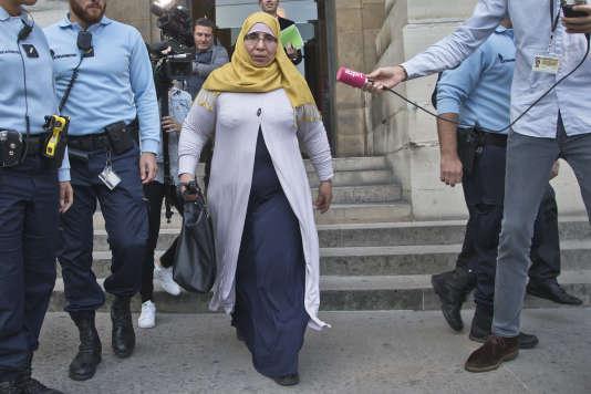 Zoulika Aziri, mère des frères Merah, à sa sortie du palais de justice de Paris le 18 octobre.