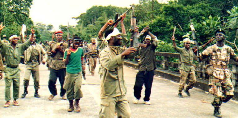 Des combattants de l'Ulimo, le groupe rebelle dont « Jungle Jabbah» était un haut responsable, en septembre 1992, près de Monrovia, au Liberia.