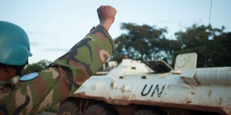 Un casque bleu saluant un convoi de la Minusca chargé de sécuriserla route entre Bouar et Bangui, le 15 octobre 2017.
