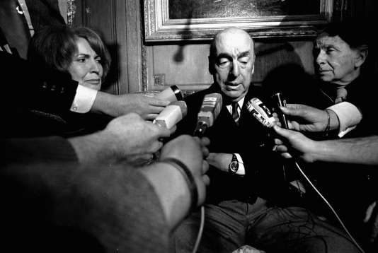Le poète et ambassadeur du Chili en France lors d'une interview en 1971 à Paris.