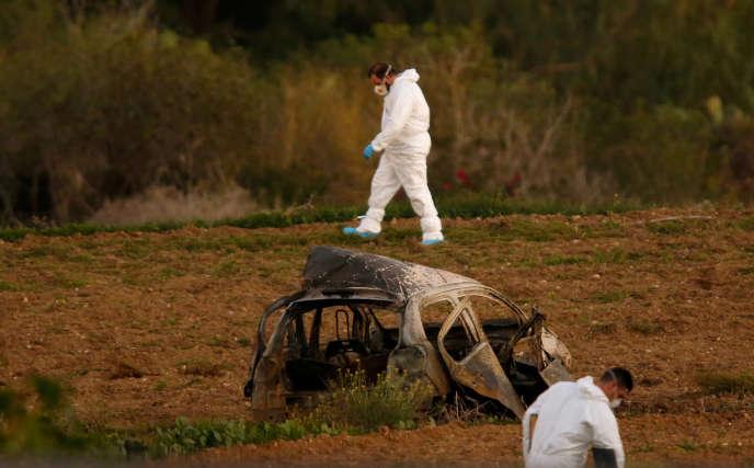 L'enquête sur la mort de Daphne Caruana Galizia se poursuivait samedi à Malte, les policiers analysant notamment des mégots de cigarettes trouvés sur un lieu surplombant celui l'explosion.
