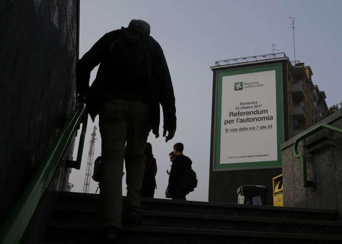 Une affiche mentionnant le référendum du 22 octobre à Milan, la capitale de la Lombardie.