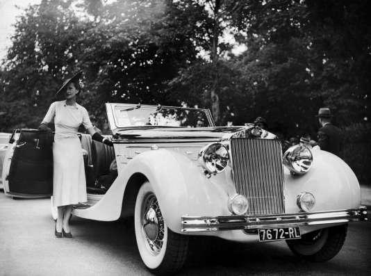 Hélène Arpels, la femme du joaillier Louis Arpels, et sa Delage D8 lors d'un concours d'élégance, au bois de Boulogne, à Paris, le 15 juin 1937.