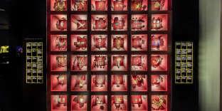 Une vitrine réalisée par l'entreprise lombarde Goppion pour des bijoux exposés au Musée Yves Saint Laurent à Paris.