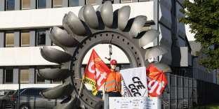 L'entrée du site GE Hydro-Alstom à Grenoble (Isère), où 345 emplois sont menacés, bloquée par des employés, le 4 octobre.