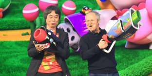 Le PDG d'Ubisoft, Yves Guillemot (à droite), avec le créateur de jeux Nintendo Shigeru Miyamoto, à Los Angeles en Californie (Etats-Unis), en juin 2017.