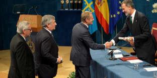 Jean-Claude Juncker, président de la Commission, Antonio Tajani, président du Parlement européen et Donald Tusk, président du Conseil, reçoivent le prix Princesse des Asturies, attribué à l'UE, des mains du roi Felipe, le 20 octobre à Oviedo.