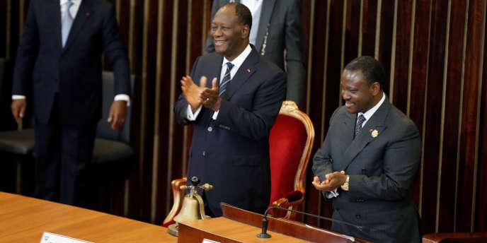 Le président ivoirien Alassane Ouattara (à gauche) et le président de l'Assemblée nationale Guillaume Soro (à droite), à Abidjan, le 10 janvier 2017.