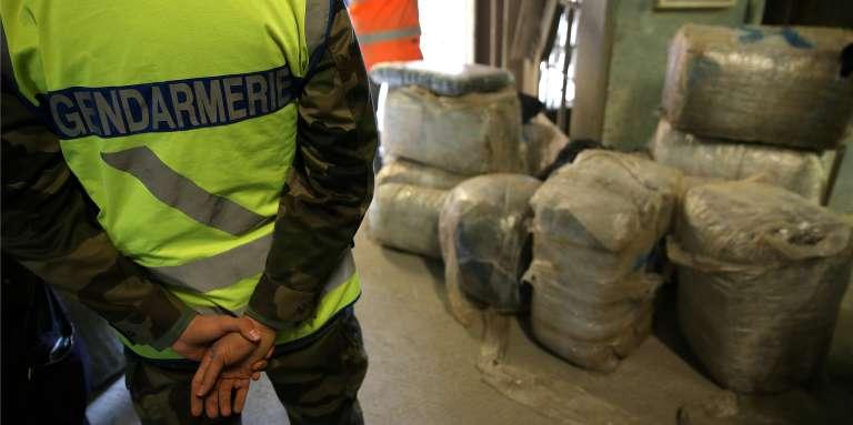 Des gendarmes français déchargent une saisie de cannabis, en janvier 2017.