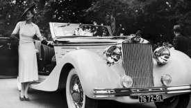 Hélène Arpels, la femme du joaillier Louis Arpels, et sa Delahaye lors d'un concours d'élégance, au bois de Boulogne, à Paris, le 15 juin 1937.