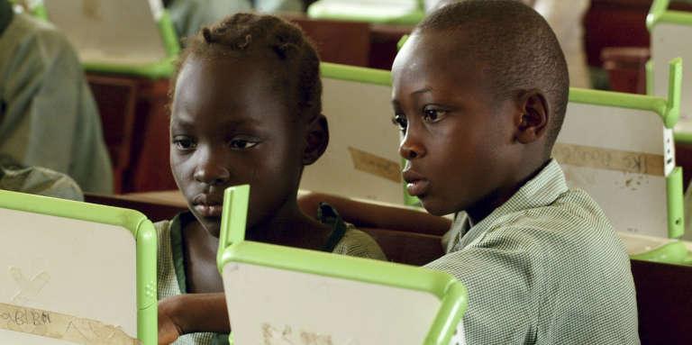Des écoliers utilisent des ordinateurs dans une école primaire d'Abuja, au Nigeria, en mai 2007.