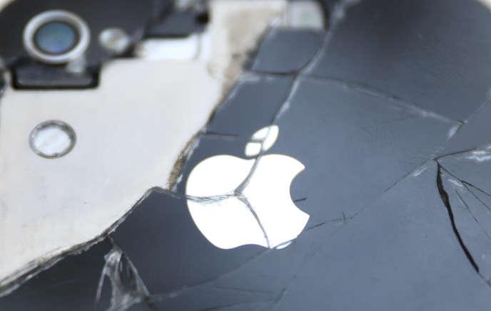 «Apple vante la haute technologie de ses smartphones mais ils résistent difficilement à une chute, sont volontairement non réparables ou modulables et sont rendus ou déclarés obsolètes en quelques années» (Photo: IPhone cassé, octobre 2017).
