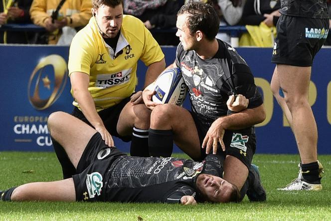 Camille Lopez, en souffrance sur la pelouse de Marcel-Michelin après sa fracture de la cheville gauche.