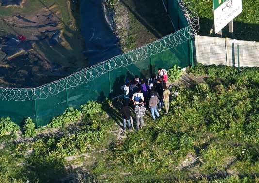 Des migrants se rassemblement près de l'ancienne« jungle», le 14 octobre.