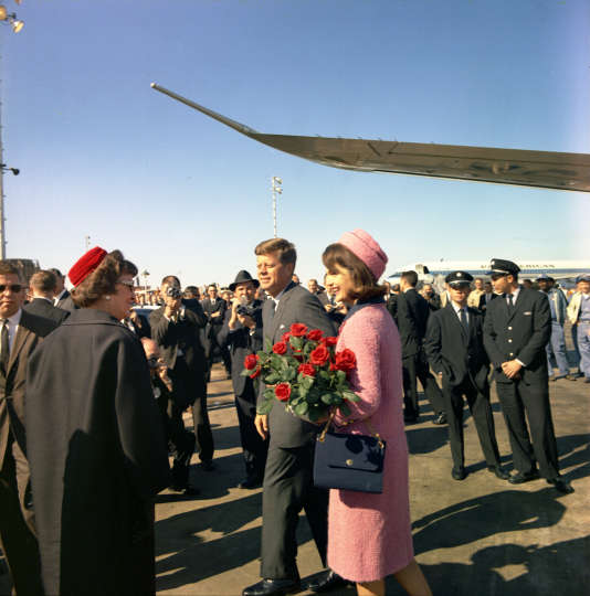 Le président John F. Kennedy et sa femme Jacqueline arrivent à l'aéroport de Dallas, au Texas, quelques heures avant l'assassinat du président.