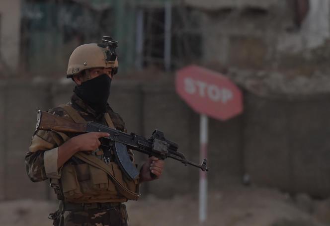 Des militaires afghans à proximité du lieu de l'attaque qui a visé des cadets de l'armée, samedi 21 octobre.