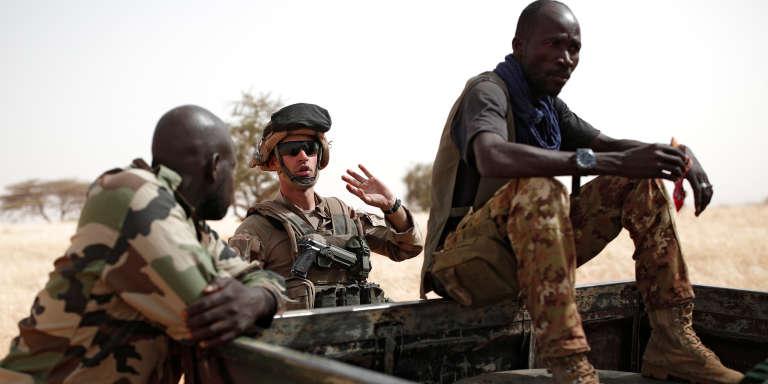 Un soldat français de l'opération « Barkhane» conversant avec des militaires maliens àInaloglog, dans le nord du Mali, le 17 octobre 2017.