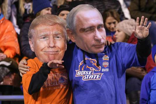 Des supporteurs d'une équipe de football universitaire américaine, déguisés en présidents.