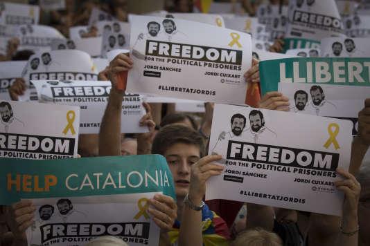 """« Les nouvelles règles de décentralisation fiscale ont bien été validées en2010, pour la Catalogne comme pour l'ensemble des régions espagnoles. Elles font de l'Espagne l'un des pays les plus décentralisés au monde sur le plan fiscal et budgétaire (Manifestation de milliers de catalans venus protester contre la detention pour sedition des """"Deux Jordis"""" (Cuixart et Sanchez) par la justice espagnole)."""