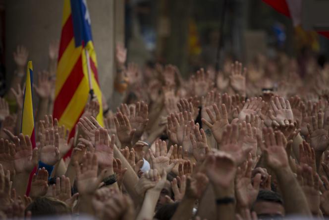 « Faites venir le plus tôt possible les enfants, ne bloquez pas, comme le font beaucoup d'autres, le regroupement familial : les enfants à l'école apprendront le catalan et parleront catalan à leurs parents en rentrant le soir à la maison» (Photo: manifestation de catalans venus protester contre la detention pour sedition des
