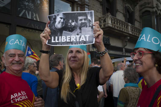 Manifestation de milliers de Catalans venus protester contre la détention pour sédition des deux Jordis  par la justice espagnole le 21 octobre 2017