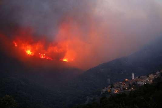 Le feu s'est déclaré dimanche vers 9 heures, et les flammes ont été attisées par un très fort vent de sud-ouest, avec des rafales à plus de 100 km/h. L'incendie s'est ensuite propagé en direction des villages de Costa et Occhiatana.