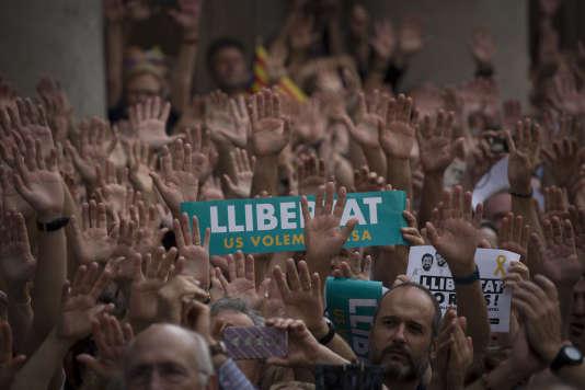 """Manifestation de milliers de Catalans venus protester contre la détention pour sédition des """"Deux Jordis"""" (Cuixart et Sanchez) par la justice espagnole en présence du gouvernement catalan et de son président Carles Puigdemont. Mains tendues en signe de paix. © Georges BARTOLI / Divergence pour Le Monde"""